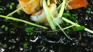 Arroz Negro Cremoso con Calamares y Langostinos.
