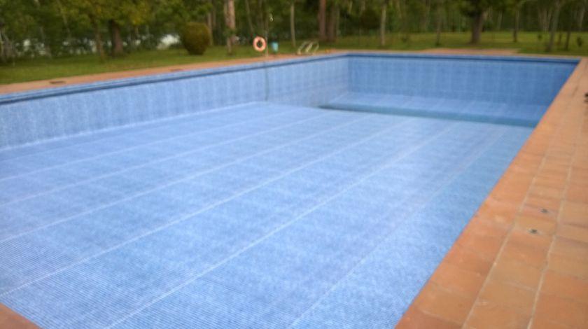 Piscina publica renovada con lamina lainer - Persia Blue - , sobre gresite.