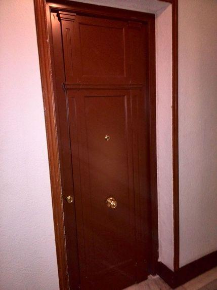 Puerta blindada con cerco acorazado