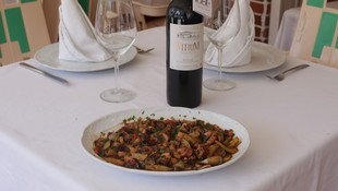 Plato principal y botella de vino