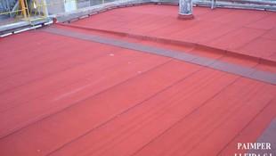 Aplicación de material aislante en tejados