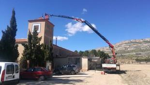 Reparación de tejados con camión grúa