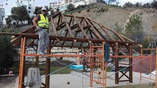 Construcción de pérgolas de junco africano